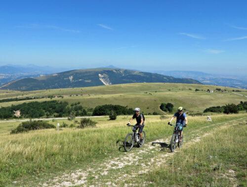 Biker impegnati sui Monti Sibillini - Credit Sibillini Bike Map